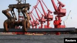 工人在江苏连云港把钢材装船出口(2013年6月4日资料照片)