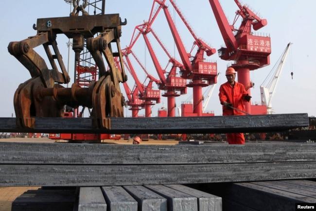 工人在江蘇連雲港把鋼材裝船出口(2013年6月4日)