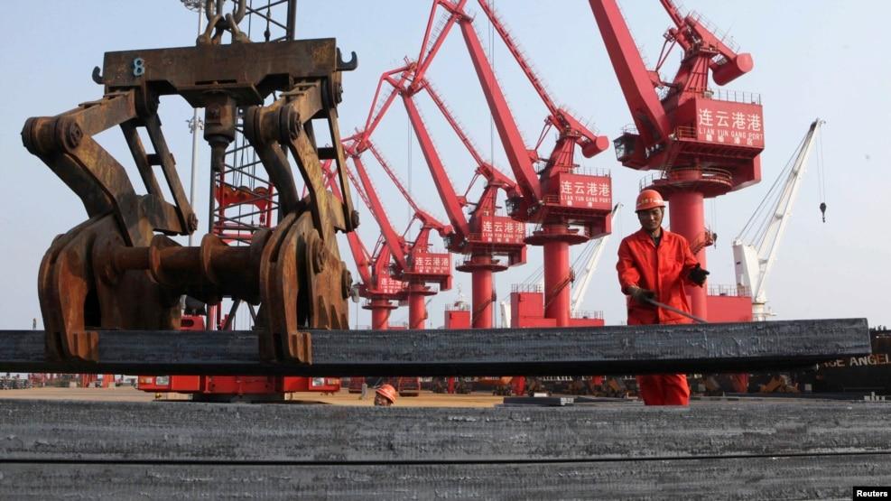 工人在江苏连云港把钢材装船出口(2013年6月4日)中国钢铁产能严重过剩