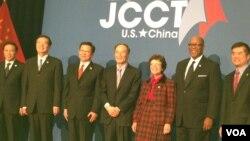 Para pejabat senior Tiongkok dan Amerika berpose saat berakhirnya pertemuan tahunan Komisi Gabungan Perniagaan dan Perdagangan ke-23 di Washington (19/12).