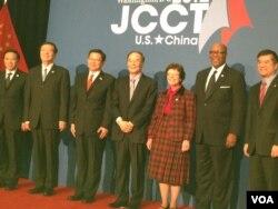 出席第23届中美商贸联委会的主要官员(前四为王岐山)(美国之音莉雅拍摄)