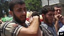 Palestinci na sahrani nose telo ekstremiste iz Hamasa, Mahmuda al-Hekija, koji je ubijen u izraelskom napadu, 12. jul 2012.
