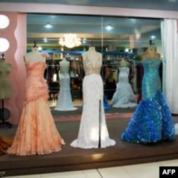 在大陆潮州设厂生产的高档礼服