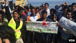 Pakistani travelers protest deportations, saying they have the right to apply for asylum under international law in Lesbos, Greece, April 4, 2016. (H. Murdock/VOA)