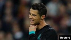 Cristiano Ronaldo du Real Madrid se tient la gorge au cours du match de la Ligue des champions contre Tottenham, vainqueur par 3-1, au Wemble stadoum, Londres, 1er novembre 2017.