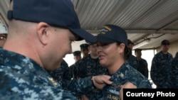 美国海军2016年8月2日向一名女水兵佩戴职务胸章 (美国海军照片)