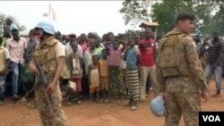 联合国维和部队在守卫中非的一个难民营(资料照)