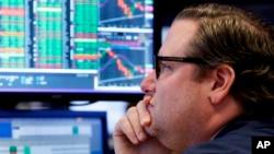 ນັກຊ່ຽວຊານ ທ່ານ ເກຣກ ມາໂລນີ ເຮັດວຽກ ຢູ່ຊັ້ນຂອງ ຕະຫຼາດຮຸ້ນ New York Stock Exchange, ໃນນະຄອນ ນິວ ຢັອກ, ວັນທີ 23 ເມສາ 2018.