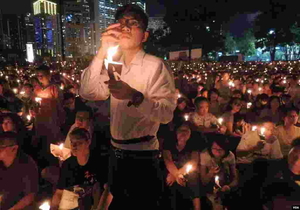 支聯會6月4日晚宣布,超過18萬人參加香港維園悼念六四25周年燭光晚會