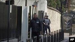 Cảnh sát vũ trang canh giữ bên ngoài trụ sở cơ quan tình báo quốc gia Pháp (DCRI) ở Levallois-Perret, gần Paris, 24/3/2012.