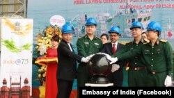Đại sứ Ấn Độ (thứ 3) và các đại diện của Việt Nam trong buổi lễ được tổ chức ở Hải Phòng vào ngày 9/4/2021.