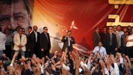 Egipatski predsednik Mohamed Morsi obraća se pristalicama ispred Predsedničke palate u Kairu