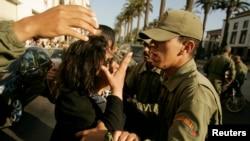 Une femme parle avec un policier lors d'une manifestation à Rabat, au Maroc, le 13 juin 2008.
