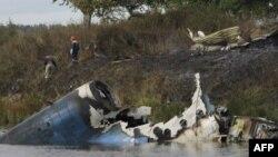Lực lượng cứu hộ tại hiện trường vụ tai nạn máy bay gần thành phố Yaroslavl, trên sông Volga khoảng 150 dặm (240 km) về phía đông bắc Moscow, ngày 7/9/2011