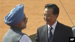 温家宝总理(右)与印度总理辛格握手(资料照)