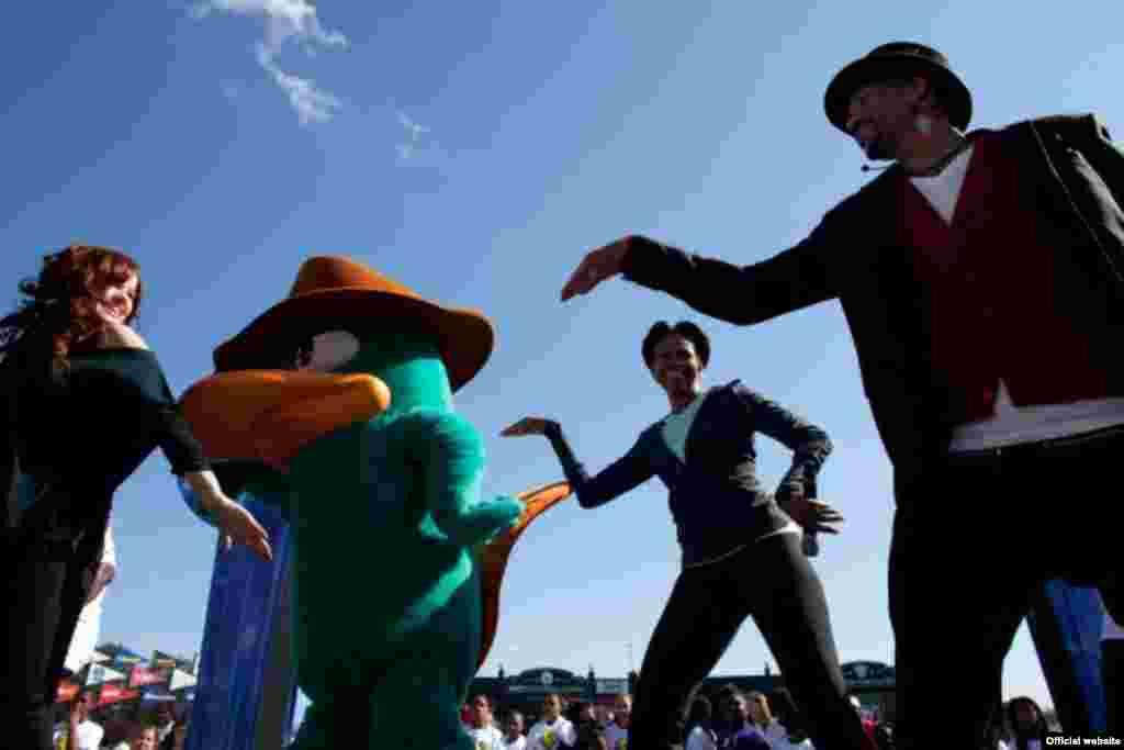 """La primera dama Michelle Obama participa con algunos pasos de danza en la iniciativa """"Ponerse en actividad es divertido"""" en el complejo deportivo de ESPN en el Walt Disney World Resort en Orlando. (Foto oficial de la Casa Blanca de Chuck Kenned"""