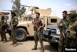 Arhiva - Borci Sirijskih demokratskih snaga (SDF) stoje u Dei al Zouru, Sirija, 1. maja 2018.
