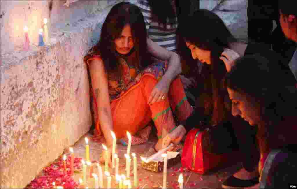 کراچی کے خواجہ سرا علیشہ کی یاد میں شمعیں روشن کرتے ہوئے