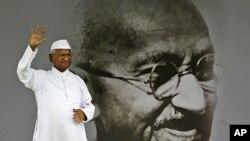 印度反腐活动人士哈扎尔8月20日在新德里站在自己的巨幅肖像旁向支持者挥手