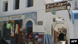 Khu chợ vắng vẽ trong thị trấn Houmet Souq trên đảo Djerba của Tunisia