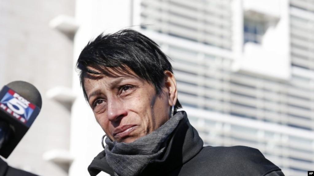 ARCHIVO - En esta fotografía de archivo del 2 de marzo de 2017, Evelyn Rodriguez habla con la prensa frente a un tribunal en Central Islip, NY.