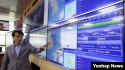 6일 서울 기상청 국가지진화산센터에서 유용규 지진화산감시과장이 전날 울산 동구 동쪽 52㎞ 해상에서 발생한 규모 5.0의 지진과 관련해 브리핑하고 있다.