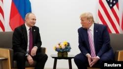 TT Nga Vladimir Putin và TT Mỹ Donald Trump gặp nhau bên lề hội nghị thượng đỉnh G20 ở Osaka, Nhật Bản, năm 2019. REUTERS/Kevin Lamarque