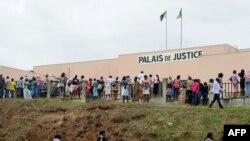 Des Gabonais sont réunis à l'extérieur du Palais de Justice à Libreville, le 5 septembre 2016.