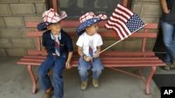 Truitt Price, de 6 años, (izquierda), y su hermano Sawyer, de 4 años, se vistierion para el feriado del 4 de julio en La Veta, Colorado, aunque el desfiel tuvo que ser cancelado debido al incendio Spring.