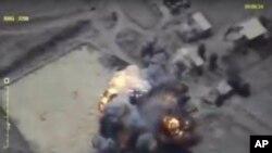 Cuplikan gambar video yang dirilis kantor media Kementerian Pertahanan Rusia pada 26 September 2017, menunjukkan serangan udara Rusia yang mengenai posisi-posisi kelompok militan di Provinsi Idlib, Suriah.