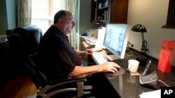 Tom Sadowski, de 65 años, sigue trabajando como diseñador gráfico en Sterling, Virginia.