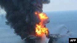 ຮູບພາບເຫດລະເບີດ ທີ່ບ່ອນເຈາະນໍ້າມັນ Deepwater Horizon ຂອງບໍລິສັດ BP ທີ່ລຸກໄໝ້ເປັນແປວໄຟ ຊຶ່ງຖ່າຍໂດຍໜ່ວຍຍາມຝັ່ງສະຫະລັດ ໃນວັນທີ 22 ເດືອນ ເມສາ, 2010.