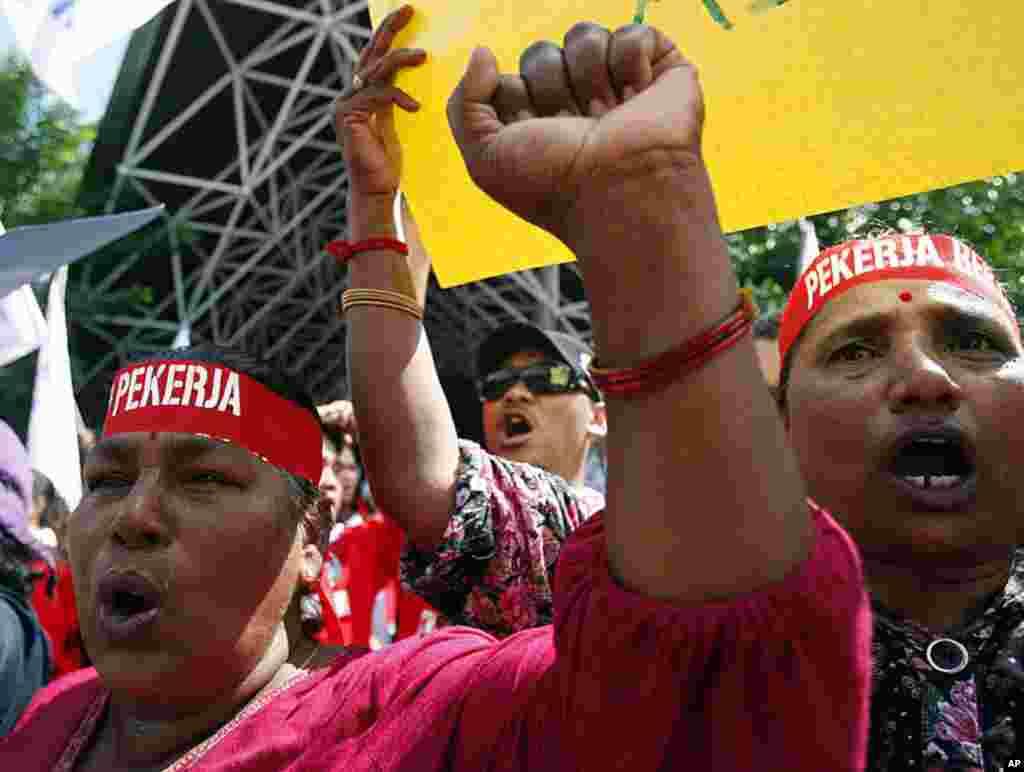 Công nhân hô các khẩu hiệu trong một cuộc tập họp nhân ngày Lễ Lao động kêu gọi ban hành Luật qui định mức lương tối thiểu tại Kuala Lumpur, Malaysia, ngày 1 tháng 5, 2012. (AP)