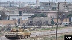 Sirijski tenkovi u dejstvu protiv pobunjenika, juče, u gradu Rastanu, u centralnoj pokrajini Homs