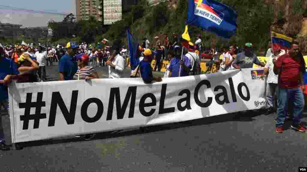 A oposição foi marchou pelas ruas do bairro de Santa Fé em Caracas para protestar contra o governo do Presidente Nicolás Maduro.