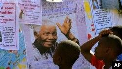 جنوبي افریقا کې د نسل پرستۍ خلاف د کوششونو په لړ کې نیلسن مینډیلا ته د نوبل انعام هم ورکړی شوی دی