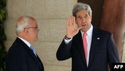 ABD Dışişmeri Bakanı John Kerry, Ramallah'da Filistinli baş görüşmeci Saib Erakat tarafından karşılanırken
