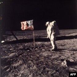"""Astronavtlar Nil Armstrong va Edvin Aldrin 1969-yilning 20-iyulida """"Apollo 11"""" kosmik kemasida Oyga parvoz qilgan."""