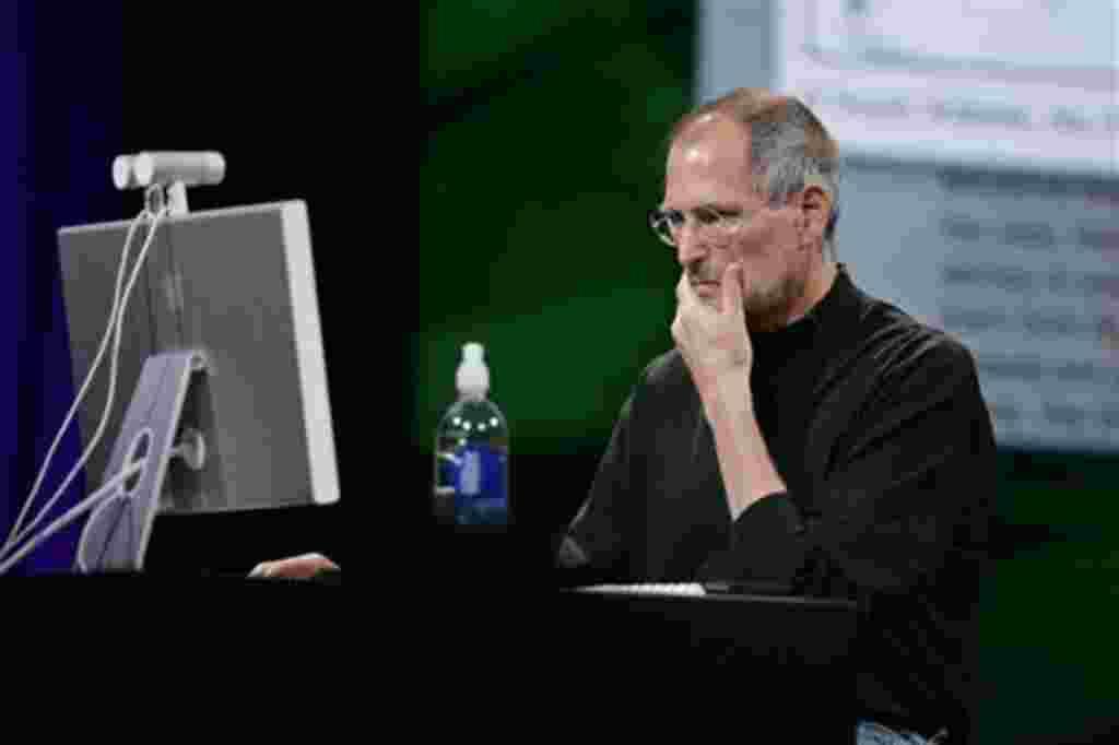 استیو جابز در حال نمایش کارایی های کامپوتر های «آی مک جی ۴»