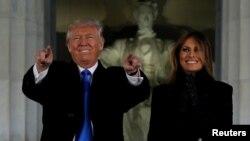 Tổng thống tân cử Donald Trump và vợ Melania tham dự buổi hoà nhạc tại Đài tưởng niệm Lincoln ở thủ đô Washington, 19/1/2017.