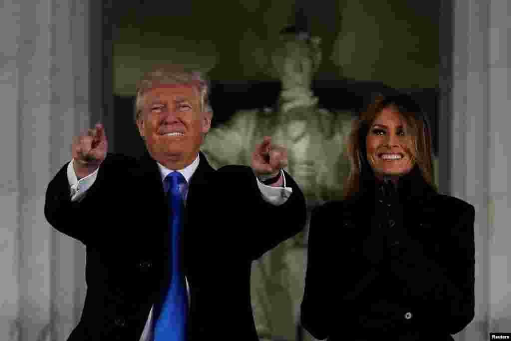 Le président élu des États-Unis Donald Trump et son épouse Melania participent à un concert d'accueil Make America Great Again (Remettons aux Etats-Unis sa grandeur) à Washington, 19 janvier 2017.