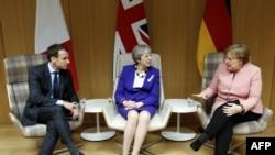 آنگلا مرکل صدر اعظم آلمان (راست)، ترزا می نخست وزیر بریتانیا (وسط) و امانوئل ماکرون رئیس جمهوری فرانسه در بروکسل - آرشیو