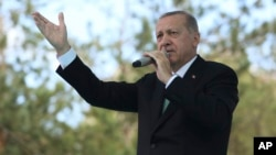 Presiden Turki Recep Tayyip Erdogan berpidato di kota Bayburt, hari Jumat (10/8).