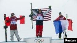 Huy chương vàn trượt tuyết ván địa hình lòng máng về tay vận động viên Mỹ David Wise (giữa), Mike Riddle (trái) của Canada về nhì và Kevin Rolland của Pháp về ba, 18/2/14