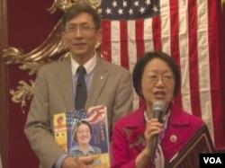 陳作舟作為社區代表﹐頒發獲得成就獎的紐約市議員陳倩文