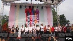 Presiden Joko Widodo berbicara di hadapan ribuan orang relawan pendukung di Bumi Perkemahan Cibubur, Jakarta (16/5). (VOA/Andylala Waluyo)