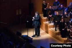 """Sutradara Guillermo Del Toro memberikan pengantar di acara """"The Oscar Concert"""" (dok: Paul Hebert / ©A.M.P.A.S.)"""