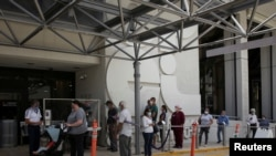 အေမရိကန္ျပည္ေထာင္စု Miami မွာ က်န္းမာေရးစစ္ေဆးခ်က္ ယူဖို႔ ေစာင့္ဆုိင္းေနသူတခ်ဳိ႕။ (ဇြန္ ၁၈၊ ၂၀၂၀)