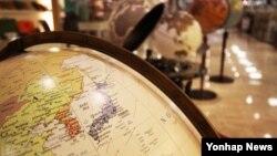 2일 서울의 한 서점에 전시된 이탈리아 '초폴리 제오그라피아' 사의 '동해' 표기 지구본.