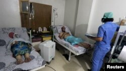 Thường dân được điều trị tại bệnh viện al-Quds, sau khi có tin nhiều thùng chứa clo đã bị thả xuống một khu phố ở Aleppo, Syria, 11/8/2016.